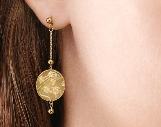 Ear studs in gold